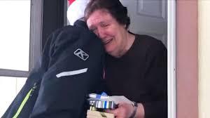 Creyó que era fraude cuando un Santa anónimo le regaló $5,000 dólares