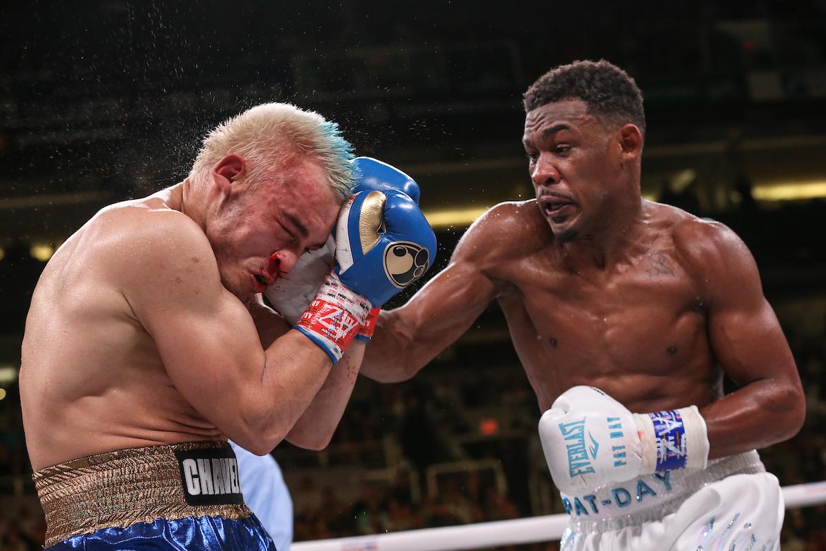 Chávez recibe castigo de Jacobs. La pelea duró 5 rounds.