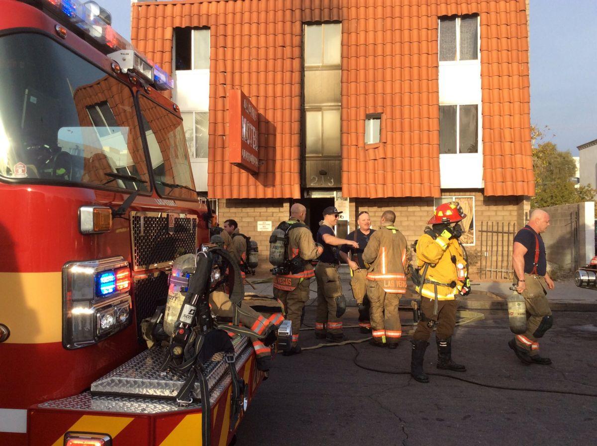Bomberos y rescatistas frente al edificio incendiado en Las Vegas.