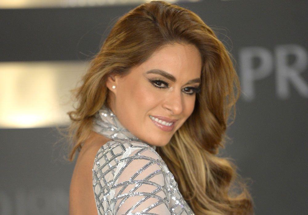 Galilea Montijo, sensual y elegante mientras se maquilla