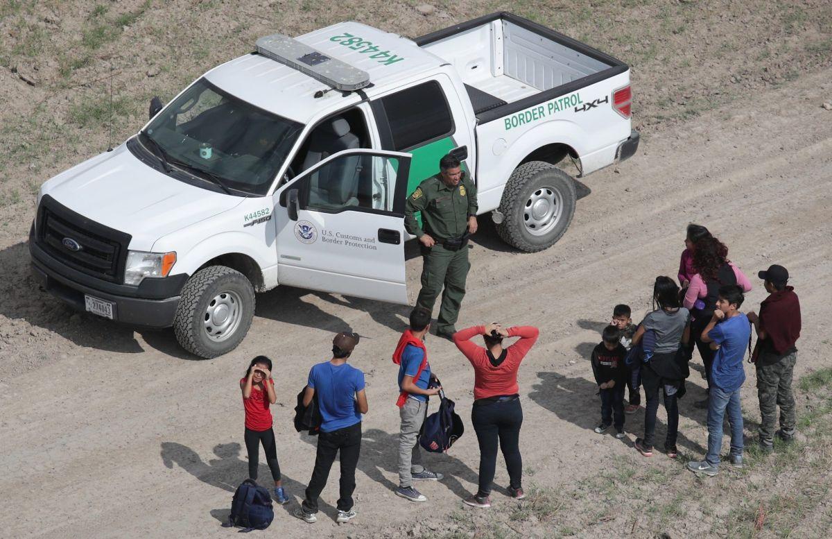 Los inmigrantes se entregan a oficiales fronterizos.