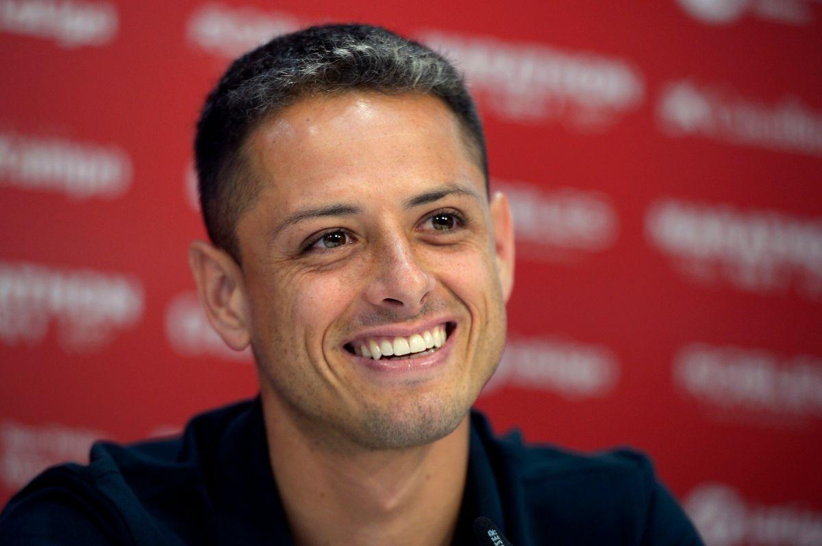 'Chicharito' aun tiene contrato con el Sevilla.
