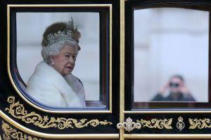 La Reina Isabel II está perdiendo el oído, se deja ver usando un aparato auditivo por primera vez