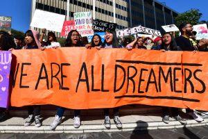 Biden se reúne con dreamers en la Casa Blanca para promover la reforma migratoria