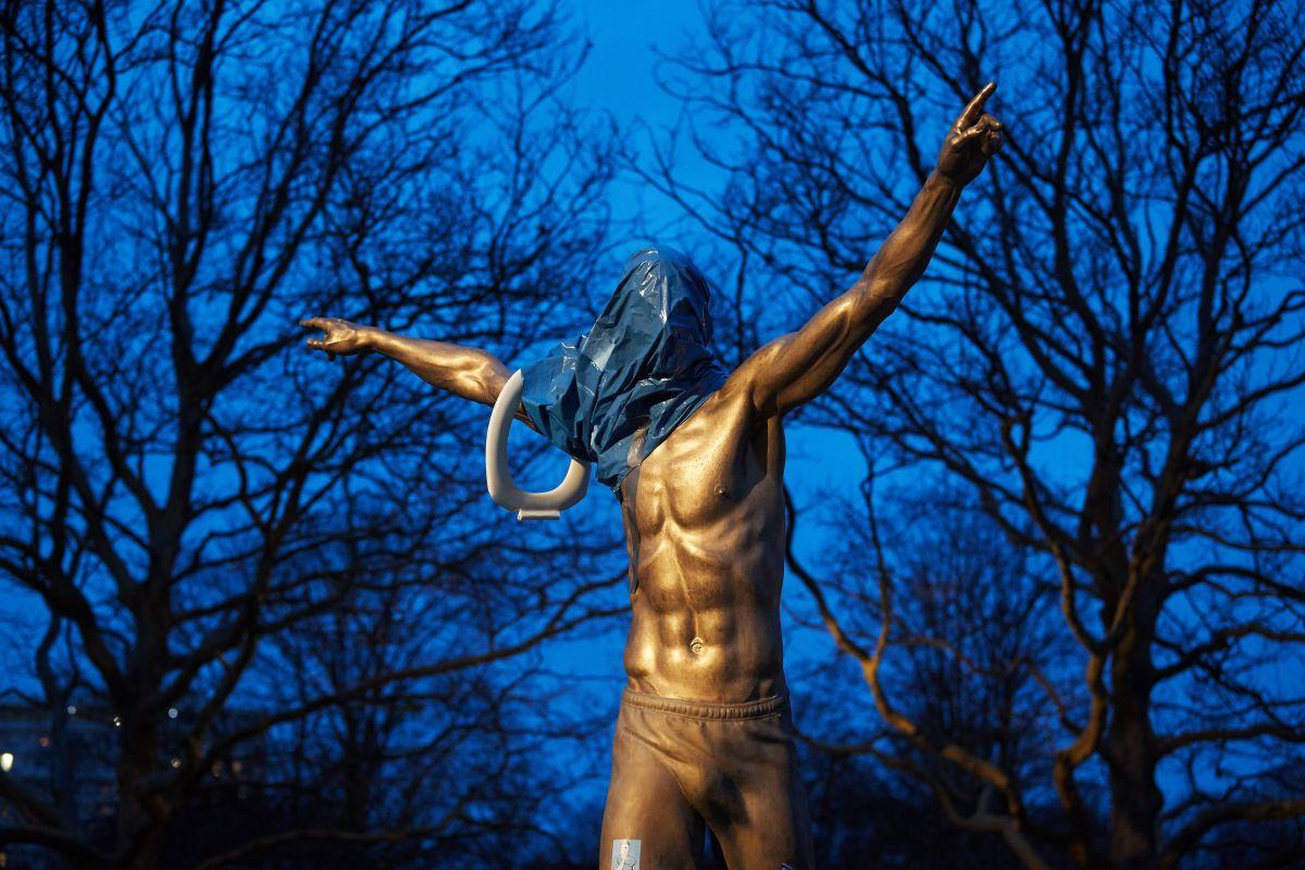 Del amor al odio: Otra vez vandalizaron la estatua de Ibrahimovic en Suecia