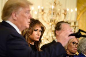 Donald Trump se complica con el regalo de Navidad de Melania