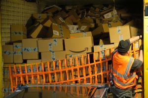 $9.2 mil millones de dólares en ventas para Amazon por 'Cyber Monday'; trabajadores exigen mejores salarios