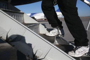 La única aerolínea que acepta deportar inmigrantes de alto riesgo