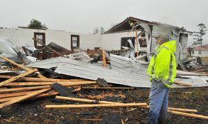 Tornados causan al menos dos muertes en el sur, esperan 20 pulgadas de nieve en el noreste