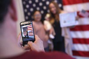 Dan la bienvenida a más de 7,400 nuevos ciudadanos en Los Ángeles