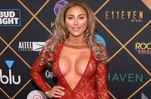 Khloë Terae sonríe y se deja ver en un sexy vídeo en el que aparece sin sostén