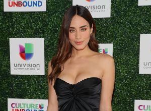 Usando un top negro, Esmeralda Pimentel se acuesta en el piso y presume su cintura