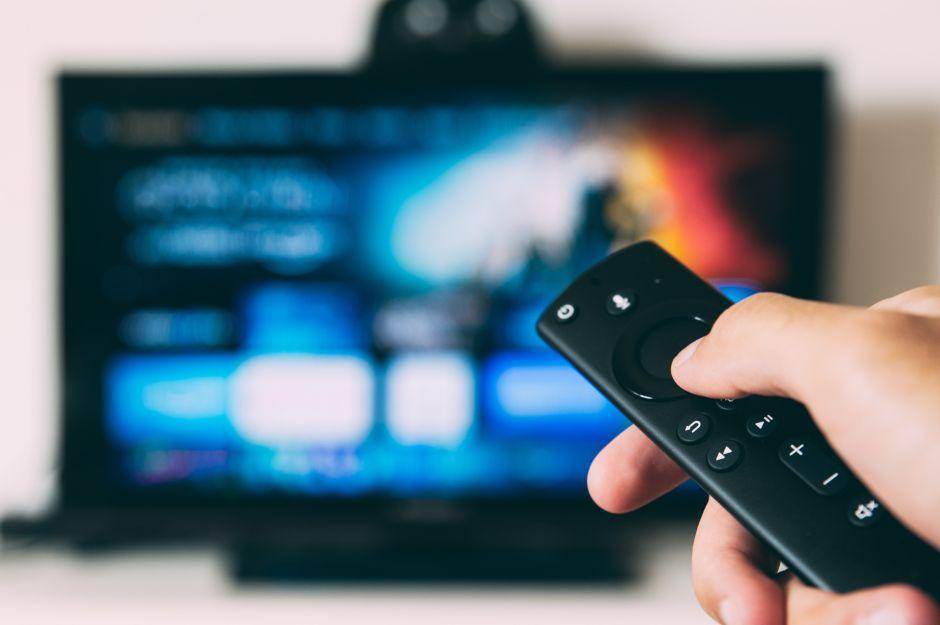 Transforma tu televisor en una smart TV con uno de estos 4 accesorios para ver películas y series