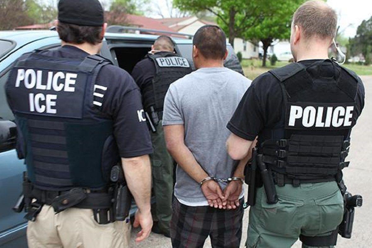 ICE detiene a cualquier persona 'sospechosa' de ser indocumentada.