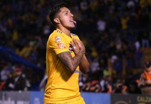 Carlos Salcedo viajó a Guadalajara y podría estar negociando con Chivas