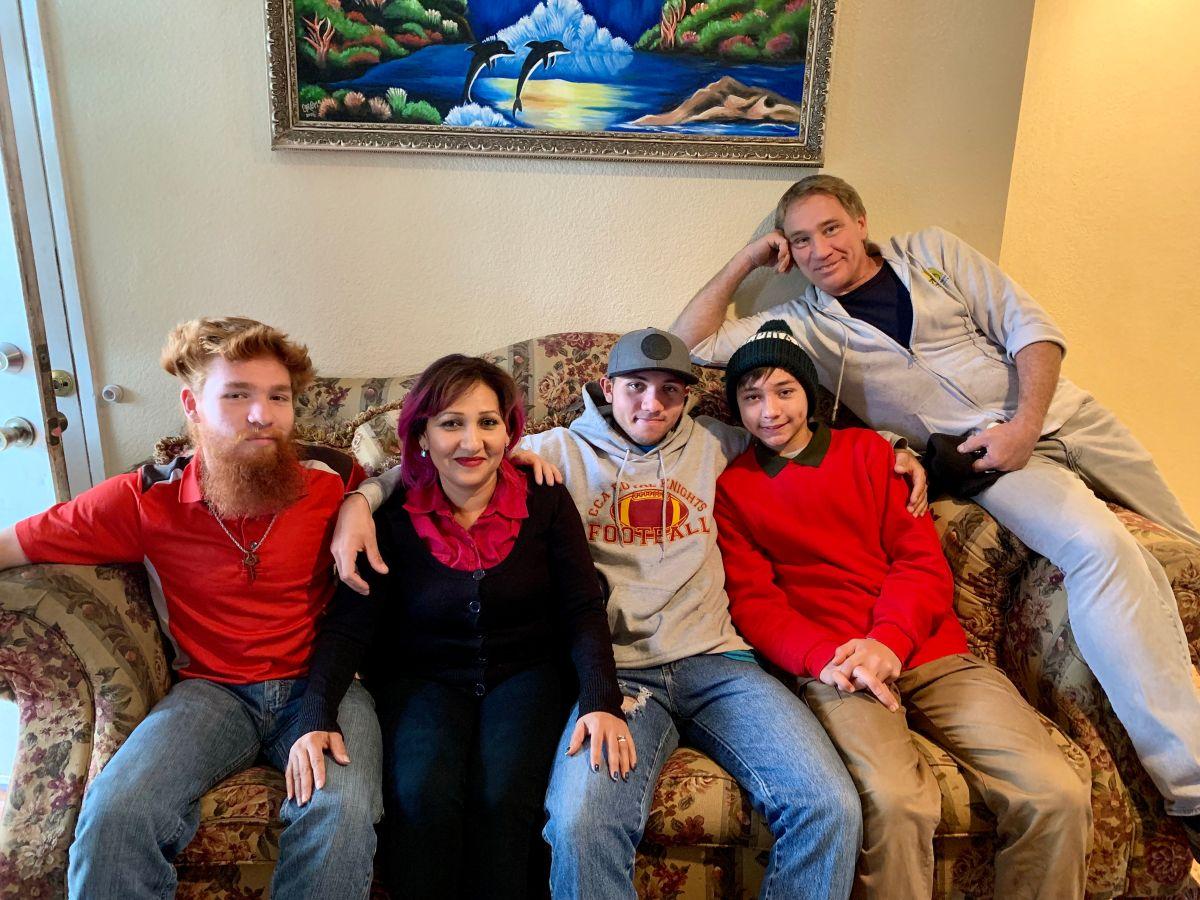 Emma Sánchez a un año de reunificarse con su familia, su esposo Michael Paulsen y sus tres hijos, Brannon Liam, Ryan Max y Michael Alex. (Araceli Martínez/La Opinión).