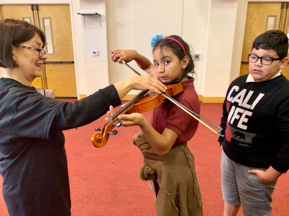 Estudiantes latinos y judíos se conectan a través de la música