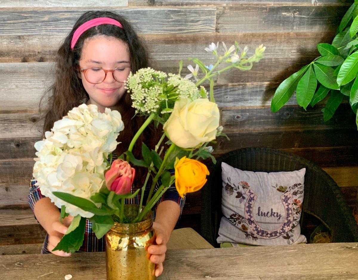 Sofia Sánchez ayuda a sus padres en la florería Frida Prickles en San Gabriel, California, el cual da empleo a jóvenes con necesidades especiales. (Araceli Martínez/La Opinión)
