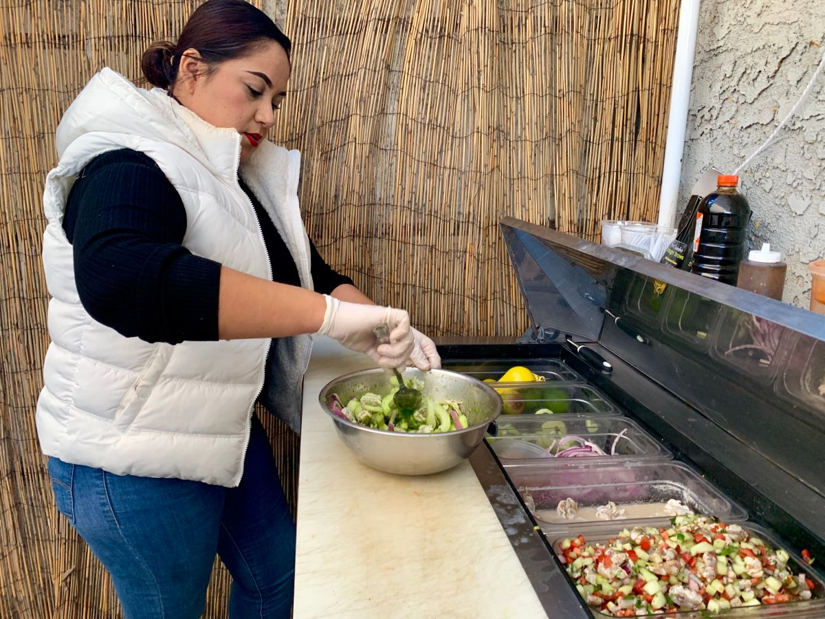 Diana Reyna Reyes lucha por sacar adelante su negocio de mariscos estilo Sonora en Compton. (Araceli Martínez/La Opinión).