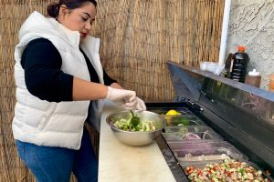 Pareja de inmigrantes lucha por sacar adelante su negocio de aguachiles estilo Yaqui