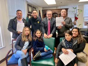 Padres reciben residencia como regalo de Navidad de sus hijos autistas