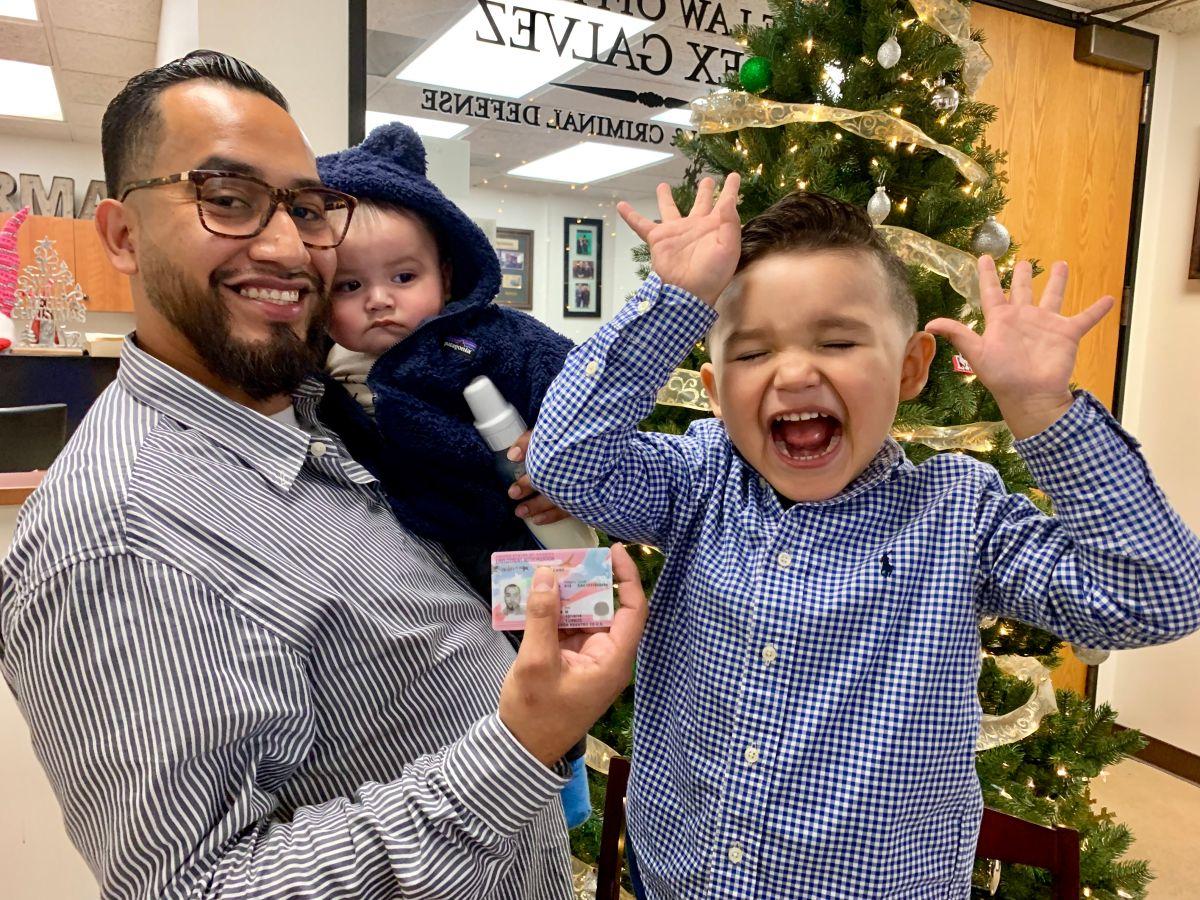 Acompañado por sus dos hijos, Luis Alberto Gómez Cano muestra feliz la Visa U que obtuvo tras ser víctima de un crimen que pudo costarle la vida. (Araceli Martínez/La Opinión).
