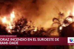 Un espectacular incendio acaba destrozando un edificio de apartamentos