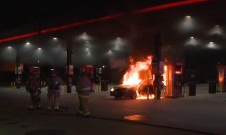 Texas: Estacionó su vehículo en una gasolinera, le prendió fuego y se fue
