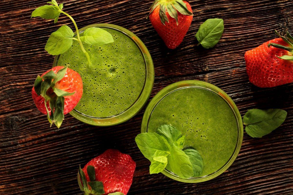Este nutritivo jugo de manzana verde y apio, combate enfermedades cardíacas y padecimientos en la piel.