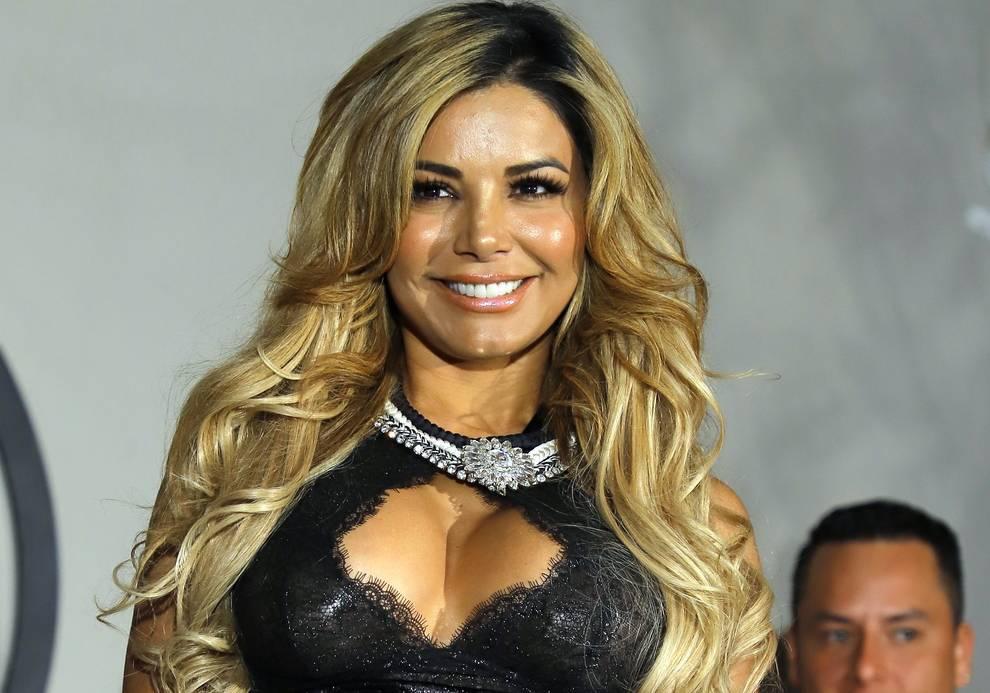 Aleida Núñez resalta sus sensuales curvas con provocativo vestido corto