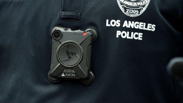 La falsificación de los datos registrados en CalGang se verifica con las evidencias grabadas por la cámara corporal de los policías.