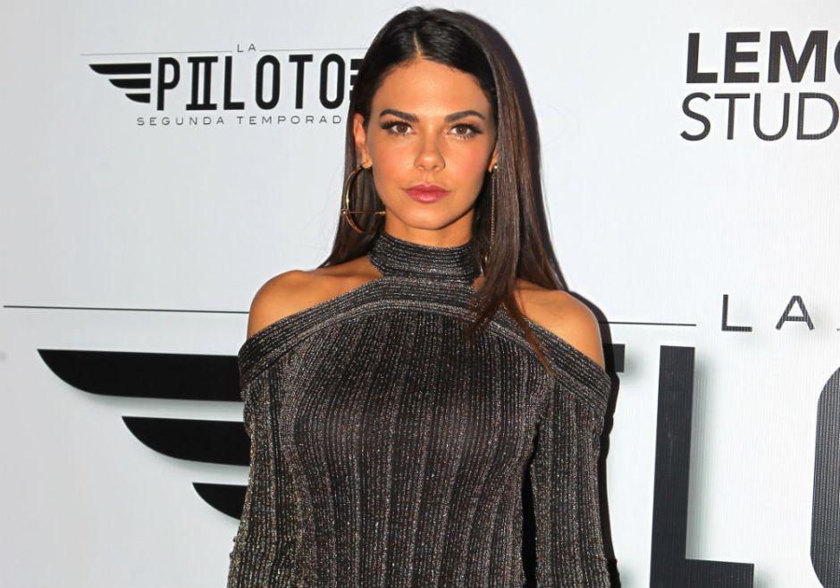 Livia Brito se decidió a cocinar, usando ajustados jeans y un sostén negro