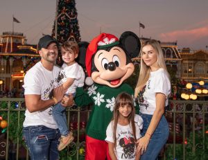 Luis Fonsi Celebra una Feliz Navidad en Disney World