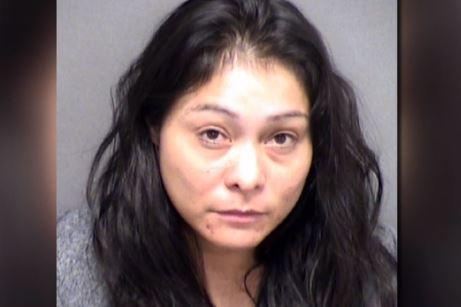 Texas: Madre hispana acusada de golpear a su hija embarazada de 16 años