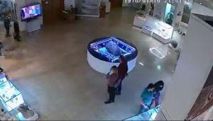"""Vitrina donde guardan meteorito """"levita"""" de forma misteriosa"""