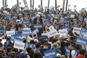 Bernie Sanders y Alexandria Ocasio-Cortez  generan un mar de gente en Venice