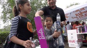 Entregan cientos de regalos a niños en proceso de refugio y asilo frente a la oficina del ICE en Miami