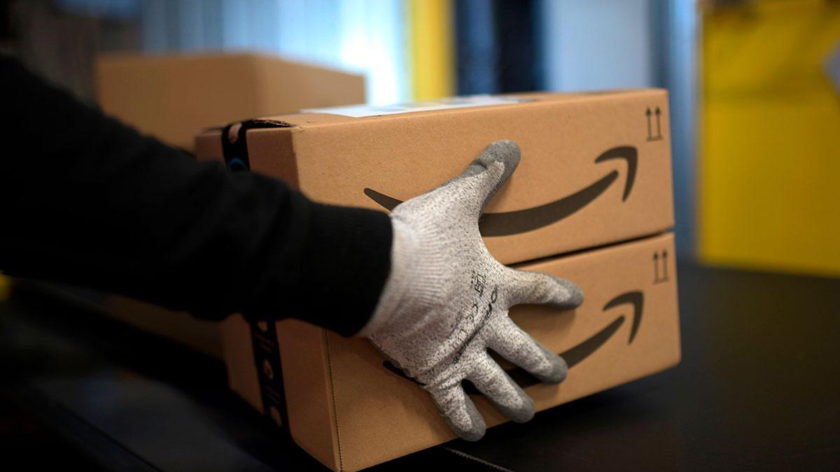 VIDEO: Repartidor es grabado destruyendo un paquete de Amazon con su auto antes de entregarlo