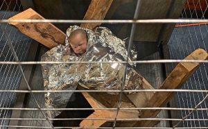 Arropan al niño Dios con la manta térmica que usan en cárceles de ICE