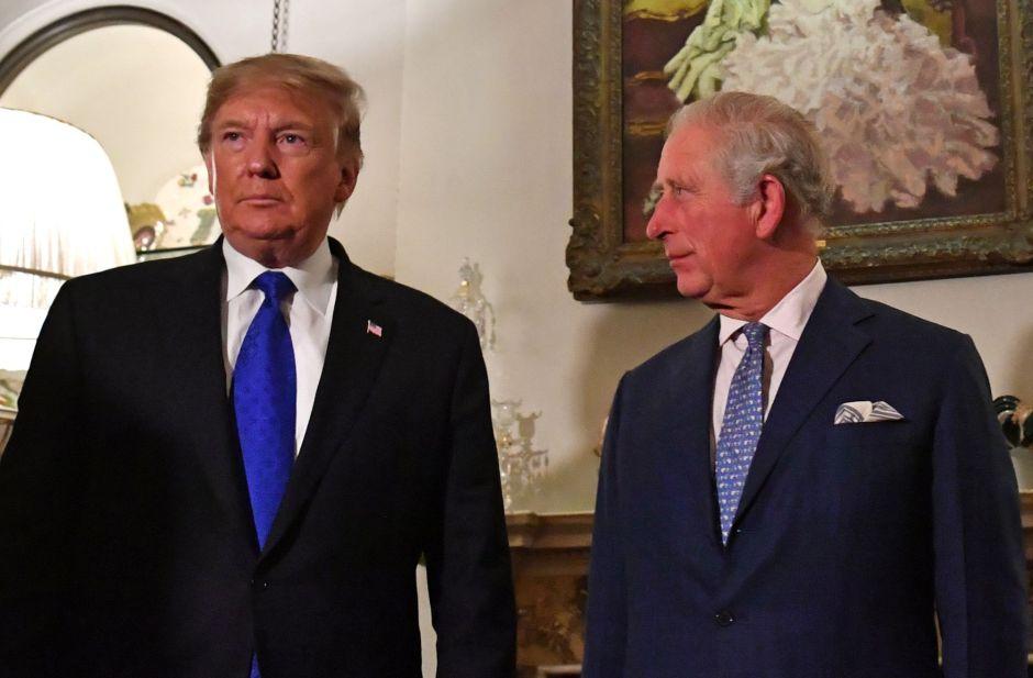 Video: La supuesta seña obscena de Prince Charles a Donald Trump en su propia cara