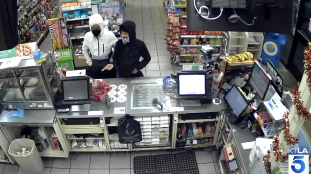 Cámara de vigilancia captó a los ladrones en un 7-Eleven en el Valle de San Fernando.