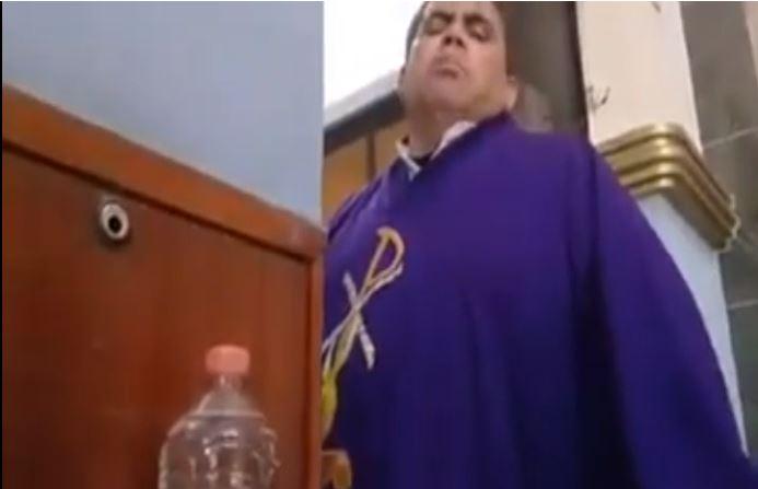 """""""No se haga pen…..jo"""": Exhiben a sacerdote en redes sociales por hablarles con groserías a feligreses"""