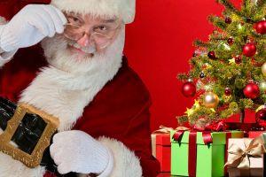 Centro comercial despide a Santa Claus por tomarse fotos inapropiadas