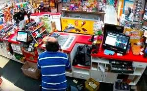 Asalta una tienda, pero al ver que no tienen mucho dinero, colabora vendiendo él mismo los productos