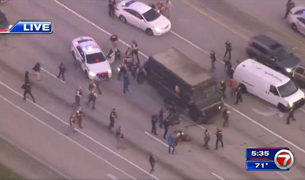 Los sospechosos obligarían al conductor a manejar el camión durante la persecución.