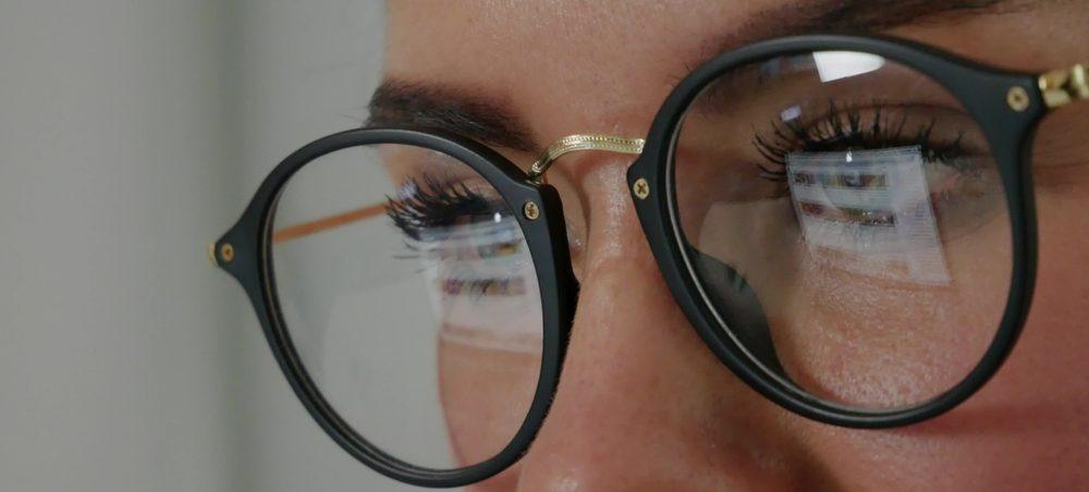 5 estilos de anteojos anti reflejo para proteger tu vista del brillo de la computadora