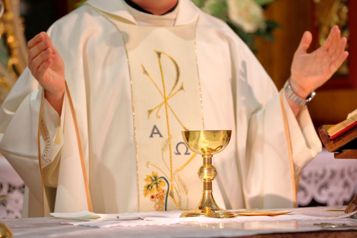Sacerdote sorprende a fieles por lo que hizo durante misa de Navidad