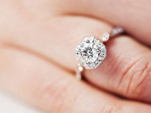 Novia comparte foto de su anillo de compromiso, pero todo el mundo se fija en otro detalle de la foto que la hace viral