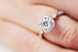 Obliga a su esposa a tragarse anillo de bodas antes de matarla a pisotones