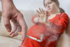 ¿Por qué no deben fumar a tu lado durante el embarazo?